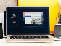 Craig Federighi o Macbook dotyka Pro barze Fotografia Stock