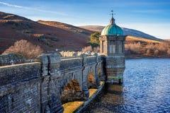 Craig Goch fördämning, Elan Valley, Wales royaltyfri bild