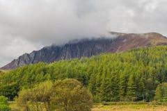 Craig y Bera klippor med det låga molnet Royaltyfria Bilder