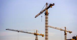 Crains en un emplazamiento de la nueva obra del edificio alto Imagen de archivo