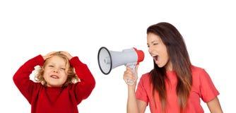 Craizy-Mama, die durch ein Megaphon zu ihrem Sohn schreit Stockfotos