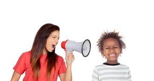 Craizy mum som ropar vid en megafon till hennes son Royaltyfri Bild