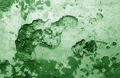 Craked verwitterte Zementwandbeschaffenheit im grünen Ton stockfoto