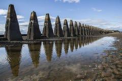 Cramondeiland, Edinburgh, Schotland, het UK - een rij van concrete pylonen stock foto's