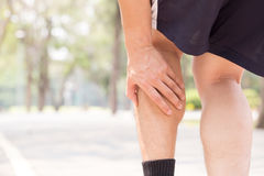 Crampe dans la jambe tout en s'exerçant Concept de blessure de sports Photos libres de droits