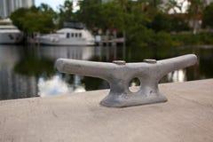 Crampon en métal sur un dock concret Photographie stock libre de droits