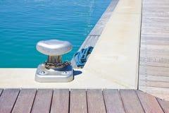 Crampon pour amarrer des bateaux sur la plate-forme en bois - image avec la station thermale de copie Photos stock