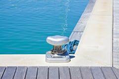 Crampon pour amarrer des bateaux sur la plate-forme en bois - image avec la station thermale de copie Image libre de droits