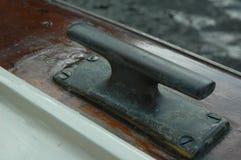 Crampon sur un bateau en bois Photos stock