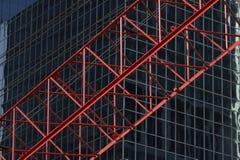 Cran rosso di construktion davanti all'edificio per uffici R03 fotografia stock libera da diritti
