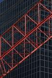 Cran rouge de construktion devant l'immeuble de bureaux R04 Photos stock
