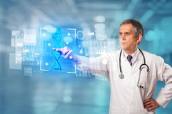 ?cran tactile de docteur avec la biologie et le concept g?n?tique images libres de droits
