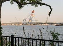 Cran tremendo que trabalha na ponte nova de Tappan Zee Fotos de Stock Royalty Free