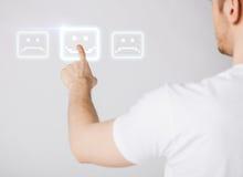 Écran virtuel émouvant de main avec le bouton de sourire Photo stock