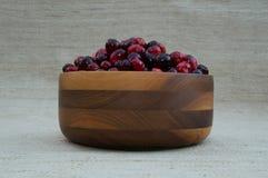 Cranberries w Drewnianym pucharze przy oko poziomem Zdjęcie Stock