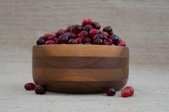 Cranberries w Drewnianym pucharze z jagodami Z pucharu Obrazy Stock
