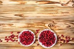 cranberry Amerikaanse veenbessen op glay Plaat Houten Achtergrond royalty-vrije stock afbeeldingen