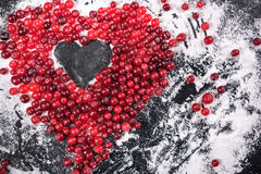 cranberry Amerikaanse veenbessen op glay Plaat Houten Achtergrond royalty-vrije stock foto's