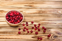 cranberry Amerikaanse veenbessen op glay Plaat Houten Achtergrond stock afbeeldingen