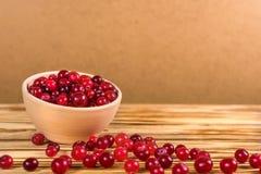 cranberry Amerikaanse veenbessen op glay Plaat Houten Achtergrond stock foto's