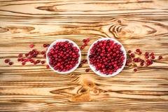 cranberry Amerikaanse veenbessen op glay Plaat Houten Achtergrond royalty-vrije stock fotografie