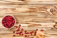 cranberry Arandos no fundo de madeira da placa glay fotografia de stock