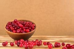 cranberry Arandos no fundo de madeira da placa glay fotos de stock royalty free