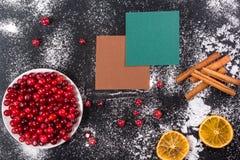 cranberry Arandos no fundo de madeira da placa glay fotografia de stock royalty free