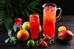 Cranberry lemoniada - lingonberries w owoc na ciemnym tle, dzbanku i szk?o i zdjęcie stock
