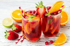 Cranberry napój, domowej roboty lemoniada lub sangria z cytrus owoc, Obraz Stock