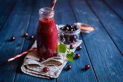 Cranberry smoothie w szklanej butelce fotografia stock