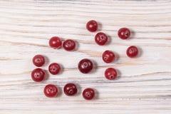 cranberry Tranbär på träbakgrund för glay platta royaltyfria foton