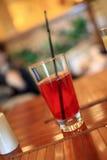 cranberryexponeringsglasfruktsaft royaltyfria foton