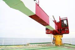 Crane bajo trabajo rutinario del mantenimiento del operador o del técnico de grúa, fije y mantenga la grúa con horario de manteni Fotografía de archivo