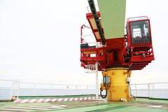Crane bajo trabajo rutinario del mantenimiento del operador o del técnico de grúa, fije y mantenga la grúa con horario de manteni Fotografía de archivo libre de regalías