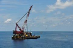 Crane a barca que levanta a carga pesada ou o elevador pesado na indústria de petróleo e gás a pouca distância do mar Grande barc Fotos de Stock