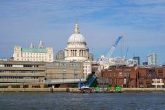 Crane Barge Sts Paul domkyrka, London Arkivbild