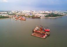 Crane Boats et chantier naval dans le golfe de Thaïlande Photo stock