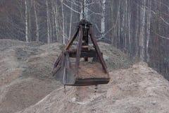 crane budowlanych Budowa żuraw z wiadro pozycją blisko stosu piasek Zdjęcie Stock