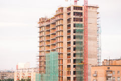 Crane and building house under blue sky Royalty Free Stock Photography