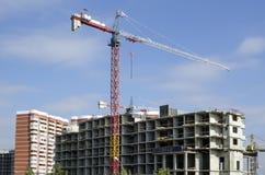 Crane com uma seta branca na perspectiva de um céu brilhante Foto de Stock Royalty Free