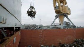 Crane con el montón que lleva del imán de la basura en descarga de la disposición almacen de video