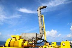 Crane a construção na plataforma do óleo e do equipamento para a carga pesada do apoio, a carga de transferência ou a cesta no lo fotos de stock