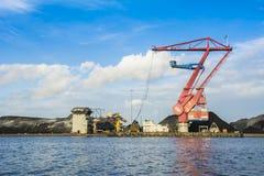 Crane del bedrijf Amsterdam de OBA Overslag junto al muelle Fotos de archivo