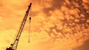 Crane el auge con la silueta del gancho en el vídeo de la puesta del sol almacen de metraje de vídeo