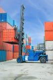 Crane el levantador que maneja la caja del envase que carga para acarrear Foto de archivo