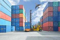 Crane el levantador que maneja la caja del envase que carga para acarrear Imagen de archivo libre de regalías