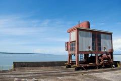 Crane el tipo maquinaria con el óxido para la industria en presa hidroeléctrica imagenes de archivo