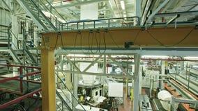 Crane el tiro de una fábrica plástica industrial grande metrajes
