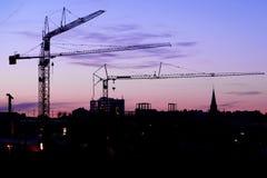 Crane em um canteiro de obras na noite na noite Fotos de Stock